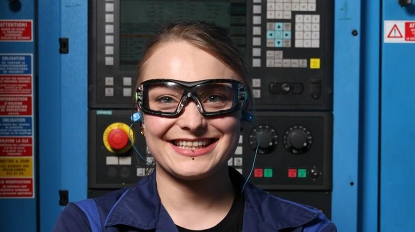 Portrait de Laetitia Dahlem devant une machine industrielle