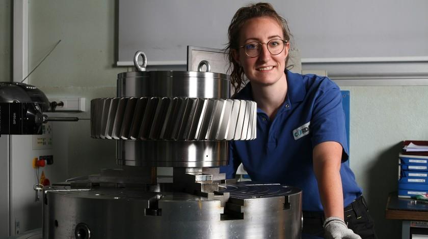 Portrait d'une femme à côté d'un engrenage industriel, Océane Lecer